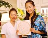 応援メッセージを贈られ笑顔の杉山恭子さん(右)