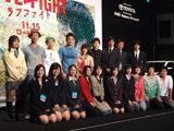 貼り絵の巨大映画パネルの前に並ぶ現役高校生宣伝マンたちと出演者、監督ら