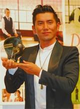 モントリオール世界映画祭グランプリの盾を手にする本木雅弘