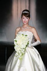 純白のウェディングドレス姿の大石