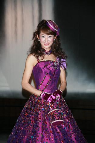 ベッキーデザインの紫のウェディングドレスも披露