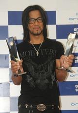 表彰式で2冠のトロフィーを手にするEXILEのHIRO
