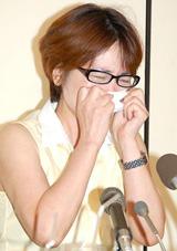 タオルで涙を拭う泰葉