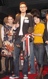 辺見えみり、新田恵利とダーツ大会で優勝した谷内太郎さん(中)