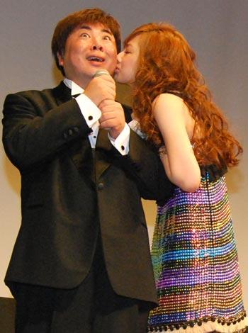 サムネイル 北川景子からキスのご褒美をもらった塚地武雅