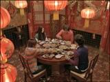 中華料理屋で反省会をする4人(左から、小池徹平、蒼井優、佐藤浩市、大泉洋)