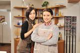 ドラマに主演する島崎和歌子(右)、左は遊井亮子