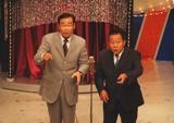 「うめだ花月」ステージで漫才をするオール阪神・巨人