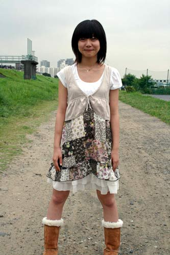 ミニスカート姿の石橋菜津美さん