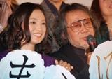 仲良く談笑する永作博美と大林宣彦監督