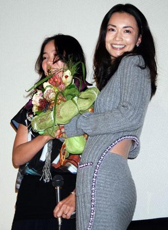サムネイル (写真左より)河瀬直美監督、長谷川京子=主演映画『七夜待』初日舞台あいさつ