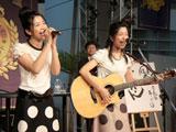 三倉茉奈がギター演奏