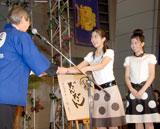 授賞式に出席した三倉茉奈・佳奈姉妹