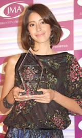 『第2回 日本メイクアップ大賞』を受賞した森泉