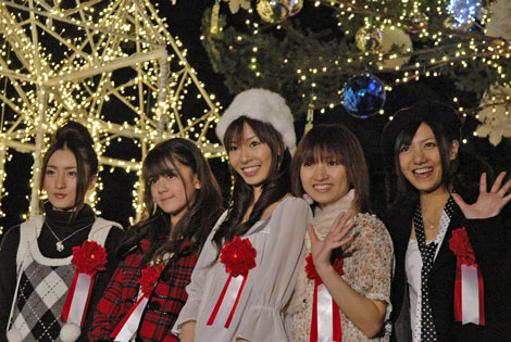 東京タワーイメージガールの折井あゆみと、星野みちる、AKB48の宮澤佐江、梅田彩佳、奥真奈美