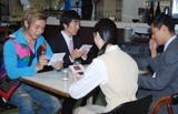 食堂の4人がDSに興じる新CMの1シーン