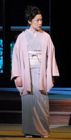 舞台『華々しき一族』の公開舞台稽古を行った若尾文子