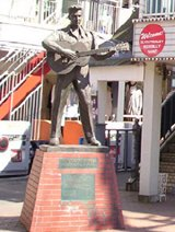 エルヴィスの銅像が存亡の危機