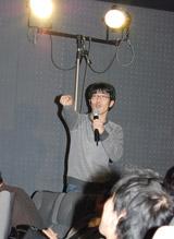 映画『ハンサム★スーツ』の大ヒット御礼舞台あいさつに客席から乱入した鈴木拓