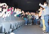 """映画『ハンサム★スーツ』の大ヒット御礼舞台あいさつではファンに""""写メ撮り放題""""のプレゼントが用意された"""