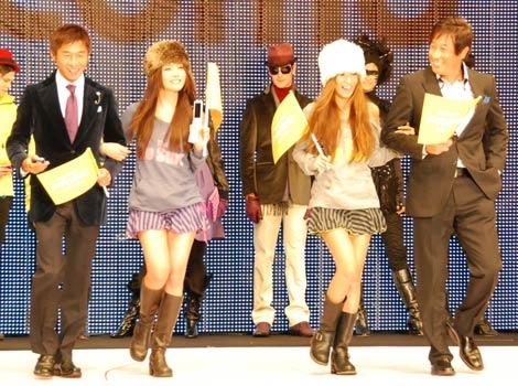 サムネイル 「4 Colors The BRAND NEW COLLECTION」にゲストとして出席し、美女をエスコートした宮本和知と荻原次晴
