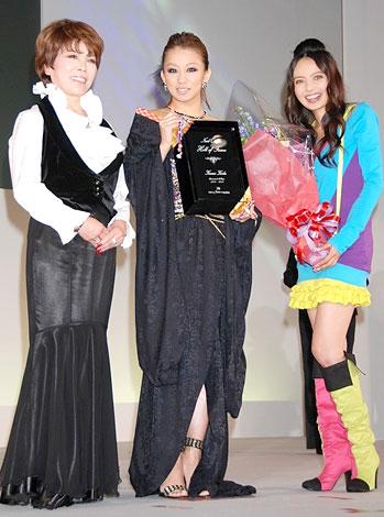 左から仲宗根幸子(大会実行委員長)、倖田來未、ベッキー