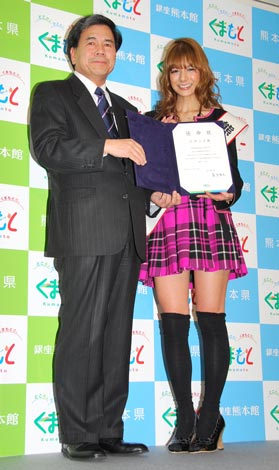 「熊本県 宣伝部長」任命式に出席した(左から)蒲島郁夫熊本県知事、スザンヌ