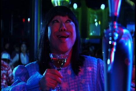 バブルガム・ブラザーズ「Daddy's Party Night(懲りないオヤジの応援歌)」のミュージックビデオで岩崎宏美のモノマネ?をするコロッケ