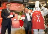カウントダウンイベントに登場した総責任者ジャン=リュック・ナレ氏、日本ミシュランタイヤ社のベルナール・デルマス社長、ミシュランマン(会場:TSUTAYA TOKYO ROPPONGI)