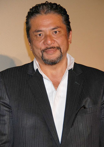 映画『デコトラの鷲/祭りばやし』の舞台挨拶に出席した小西博之