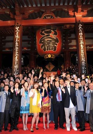 『第1回したまちコメディ映画祭 in 台東』浅草寺本堂前で記念撮影