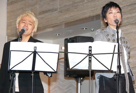 舞台『SUPER MONKEY』の製作発表記者会見で劇中歌を披露した(左から)中川晃教、和央ようか
