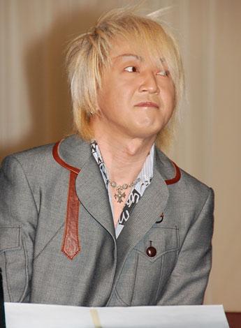舞台『SUPER MONKEY』の製作発表記者会見で劇中歌を披露した浅倉大介