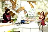 料理番組でもセクシー衣装で登場した叶美香(右)