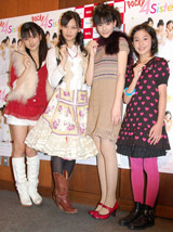 ドラマ『Pocky 4Sisters』の製作発表記者会見に出席した新・ポッキー四姉妹の(左から)真野恵里菜、大政絢、岡本杏理、金井美樹