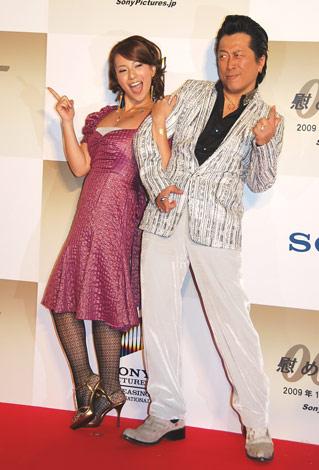 映画『007/慰めの報酬』ジャパンプレミアに登場した高橋ジョージ・三船美佳夫妻