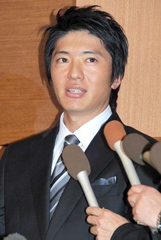 都内で離婚についての会見を開いた長井秀和