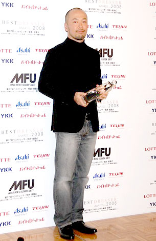 「2008年ベストドレッサー賞」を受賞した井上雄彦