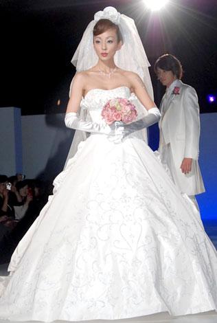 「シェーナ・ドゥーノ」ウェディングドレス新作コレクションにモデルとしても登場した神田うの