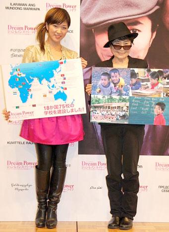 「Dream Power ジョン・レノン スーパーライブ」記者会見に出席した(左から)BONNIE PINKとオノ・ヨーコ