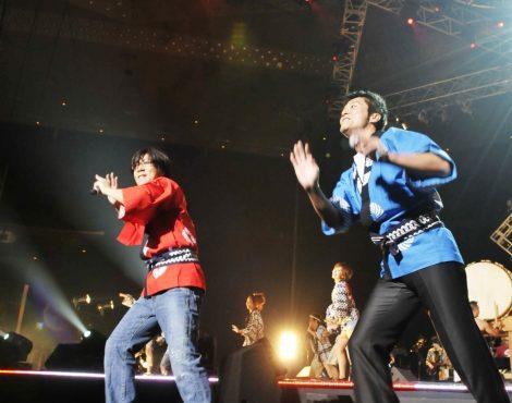 『Act Against AIDS 2008』に登場した(左から)岸谷五朗と寺脇康文