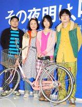 舞台「その夜明け、嘘。」の制作発表に出席した(左から)演出家・福原充則、吉本菜穂子、宮崎あおい、六角精児