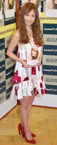 ブログ本『Saeko』の出版記念握手会を行ったサエコ