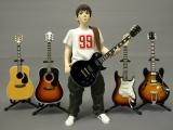 同サイズのフィギュアにセット。ギターはスタンド付き