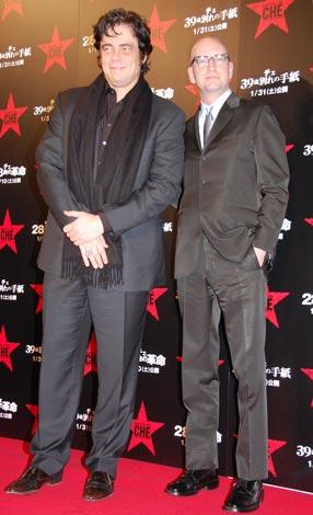 映画「チェ 28歳の革命」「チェ 39歳別れの手紙」のレッドカーペットに登場した(左から)ベニチオ・デル・トロ、スティーブン・ソダーバーグ監督