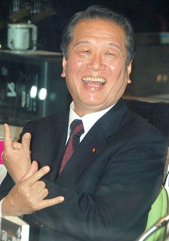 """""""うぃっしゅ""""ポーズをとる小沢一郎民主党代表"""
