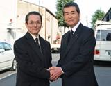 31年ぶりの共演で固い握手を交わす水谷豊と渡哲也