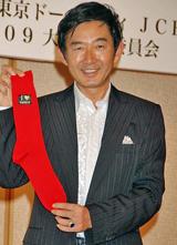 スイーツの祭典『世界パティスリー2009』で赤い靴下を手に「脱・ハダシ」を宣言した石田純一