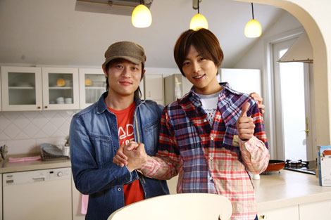 青森県八戸市出身のシンガーソングライター・タカチャ(左)と杉浦太陽