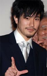 『L change the WorLd』の初日舞台あいさつに登壇した松山ケンイチ[2008年02月撮影]